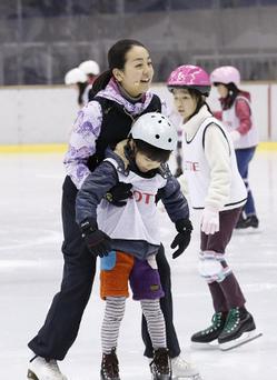 画像: 浅田舞と真央がスケートレッスン「今日は100点」
