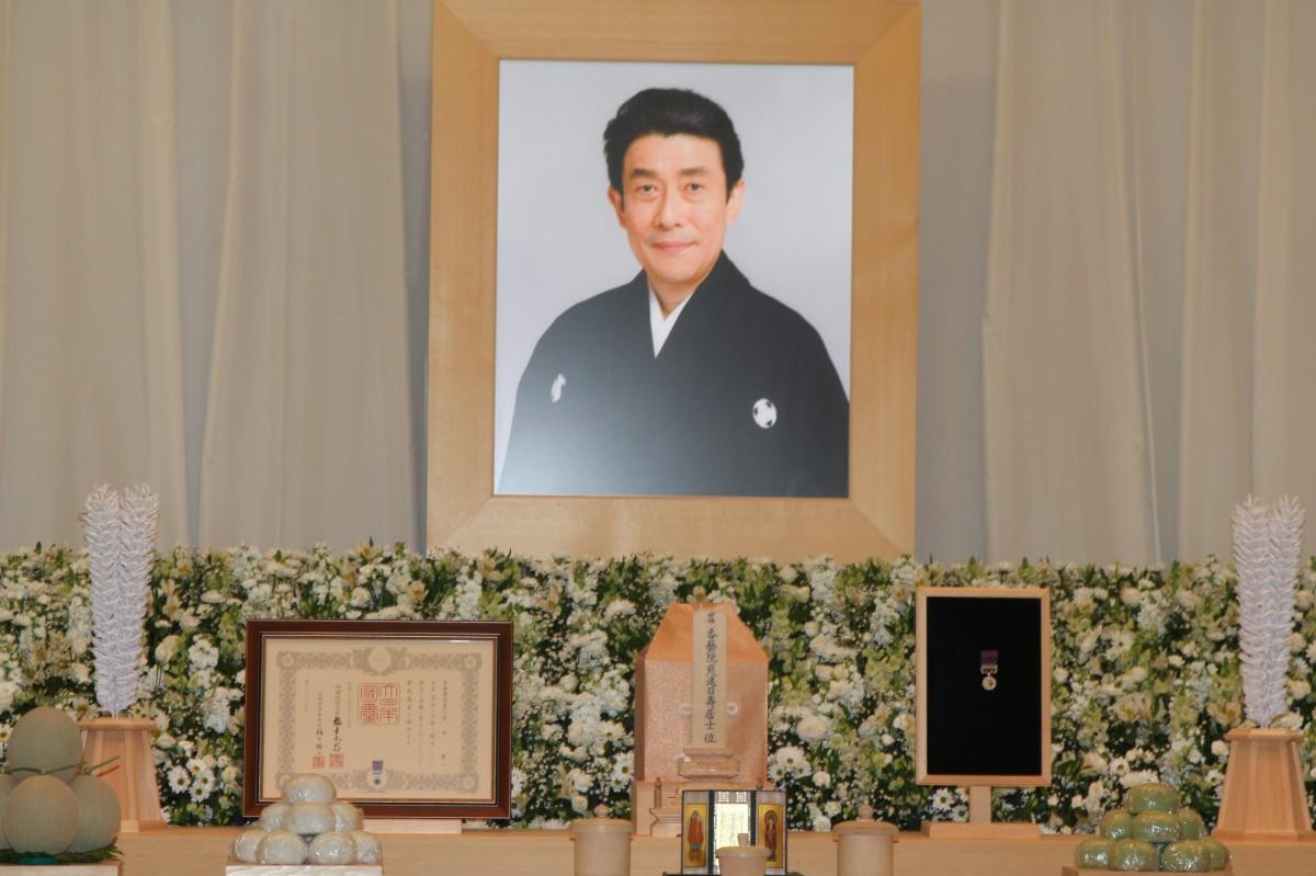 画像: 歌舞伎俳優の十代目・坂東三津五郎さん葬儀に、海老蔵、映画「武士の一分」で共演した木村拓哉、壇れい、山田洋次監督ら映画仲間も。5,000人近くが参列