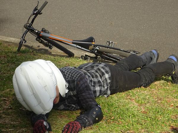 画像: エアバッグ型のヘルメットが自転車用に実用化。オートバイ用も待たれる!