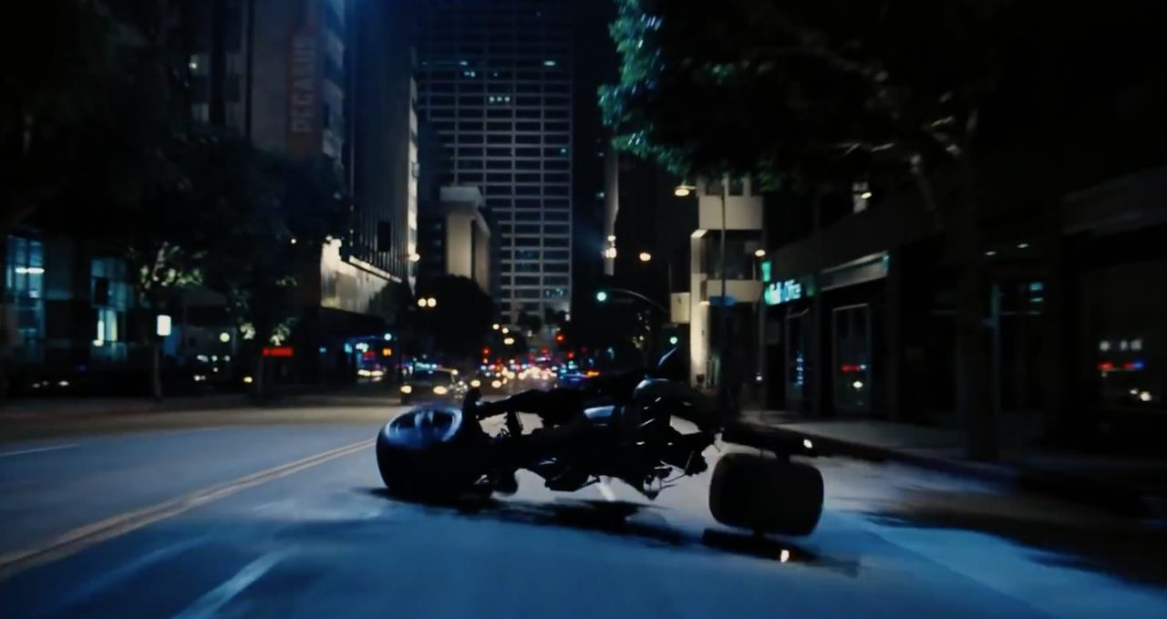 画像3: マルケスも真っ青な超絶コーナリングで、闇に消えてゆく夜の騎士