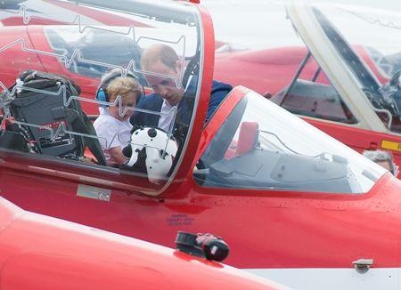 ジョージ王子 Prince George イギリス 2016年 総まとめ 総集編 一年を振り返る 総復習 ロイヤルファミリー イギリス王室 空軍 基地 戦闘機 飛行機 癒し 親子