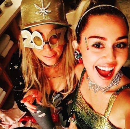マイリー・サイラス Miley Cyrus  2017 年末年始 休暇 母 ティッシュ・サイラス