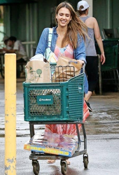 ジェシカ・アルバ Jessica Alba  2017 年末年始 ハワイ スーパー 買い出し
