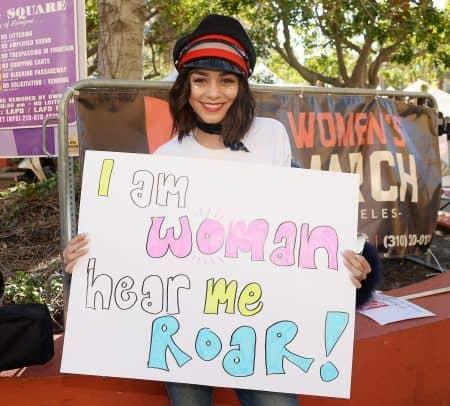 女性のマーチ プラカード Women's March ヴァネッサ・ハジェンズ Vanessa Hudgens