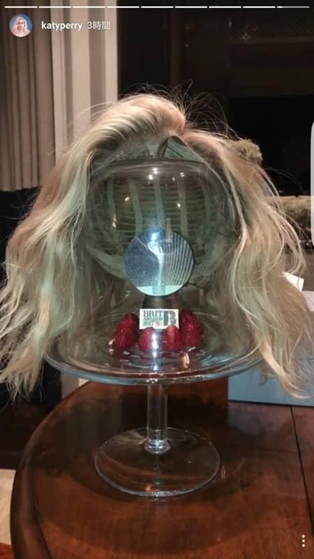 ケイティ・ペリー Katy Perry  ブリット・アワード パフォーマンス ウィッグ インスタグラム 公開 金髪 ブロンド お気に入り