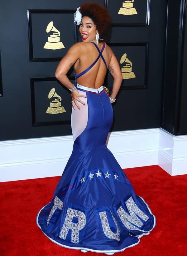 ジョイ・ヴィラ トランプ支持ドレス グラミー賞 Make America Great Again アメリカを再び偉大に