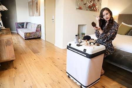 フグ FUGU スーツケース 座れる 棚 大きさ 自由自在 軽い 充電できる 衣装ハンガー ポータブテーブル