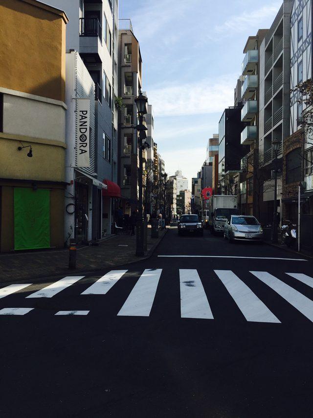 画像: 広尾商店街に見える雲の横断歩道