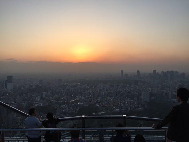画像: 夕陽に集う人々