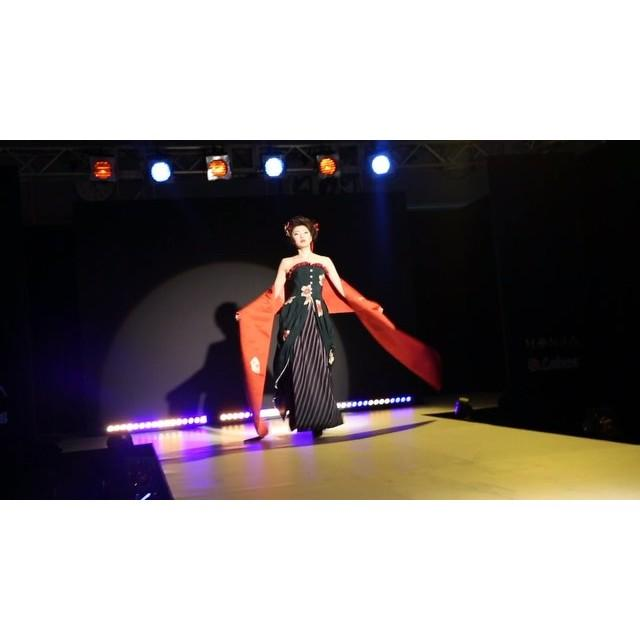 画像: … digest movie >> MONJA  FASHION SHOW _ 3  #MONJA #古布mode #着物 #ドレス #ファッションショー #デジテク #日テレ  #fashionshow #digitech #ntv #kimon ... www.instagram.com