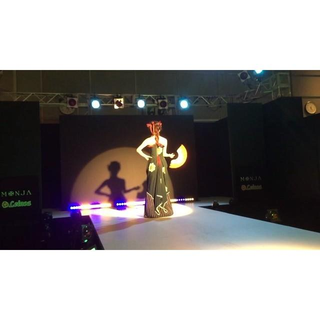 画像: … digest movie >> MONJA  FASHION SHOW _ 2  #MONJA #古布mode #着物 #ドレス #ファッションショー #デジテク #日テレ  #fashionshow #digitech #ntv #kimon ... www.instagram.com