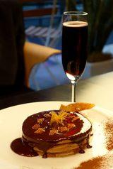 画像: ブラックチョコレートパンケーキと樽生スパークリングワイン(赤)で官能の10倍返しだ!