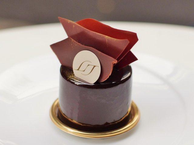 画像: ブラックチョコレートと黒トリュフクリームのケーキはアダルトな一品