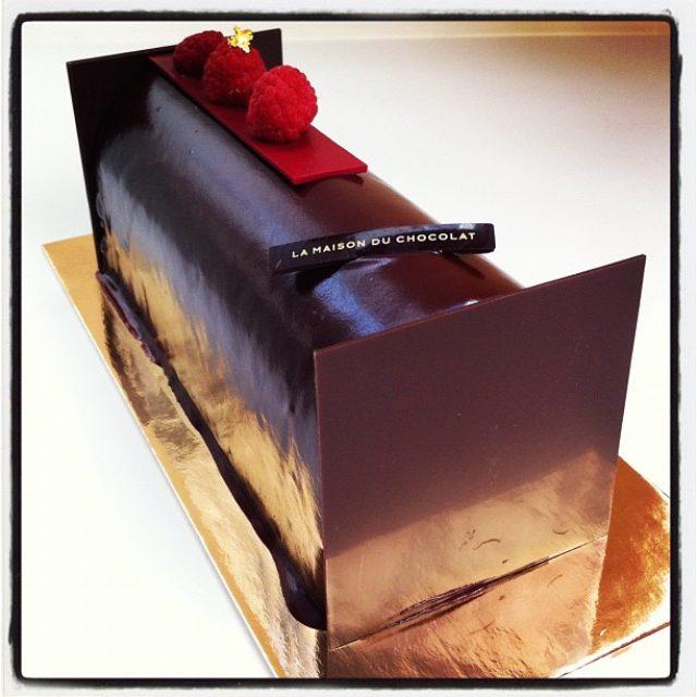 画像: またまたノエルの試食なう ラメゾンデュショコラの限定Xmasケーキ。こちらはフランボワーズの鮮やかな酸味のタイプ。ビュッシ ドゥ ノエル サルバドール