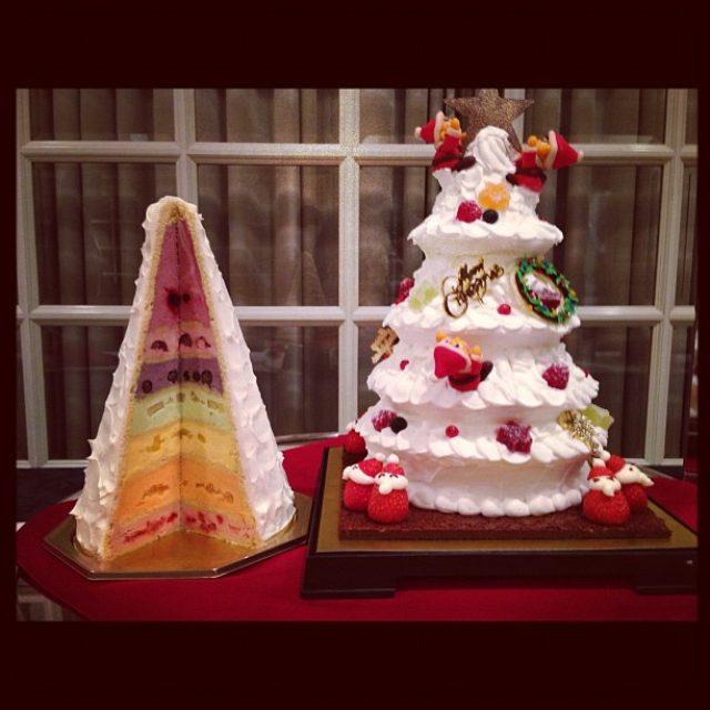 画像: ホテル西洋銀座2012クリスマスケーキ試食なう 銀座の森のプレゼントボックスと称するケーキは高さ36せんちのツリーを模したレインボーカラーの7層クリームという、夢スイーツ!
