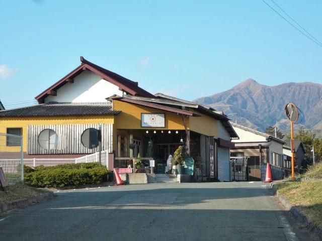 画像: 日本一美味しい水と評されることもある阿蘇南麓の白川水源そばのカフェ