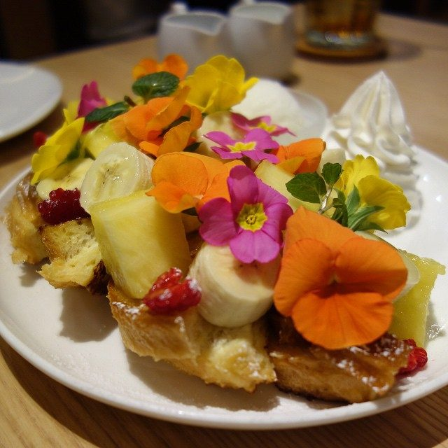 画像: エディプルフラワーのフレンチトースト。 女子力上がりそう(笑) 3/1からアイボリッシュで食べられます!