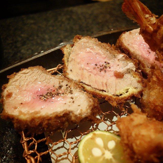 画像: 食べログ全国とんかつランキング第一位の店にやってきました。大阪の八尾にあるなんてびっくり〜〜(笑) 「シャ豚ブリアン」と呼ばれる特ヘレと海老フライ、貝柱の盛り合わせの定食。 高温でカリっ揚げられた薄衣フライは評判通りに旨さです。