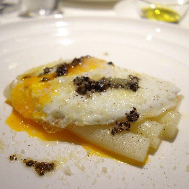 画像: 昨夜の一皿。 佐賀県産白アスパラガスと玉子 トリュフバターソース 春と冬が交錯する美味でした!