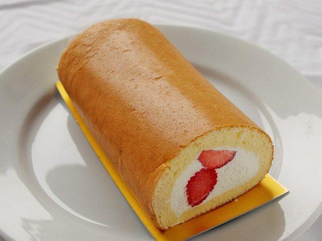 画像: 「さくらももいちご」と「あまおう」のロールケーキ