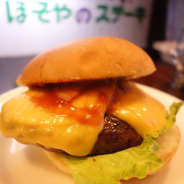 画像: 現存する日本最古のハンバーガー店は仙台にあった! 【ほそやのジャンボ ハンバーガー チーズ】 ハンバーガーは本来サンドイッチだということを65年の歴史が語り続けます。