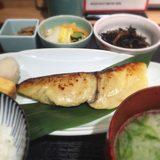 画像: さすがに、肉続きなので、、、魚へんに春と書いて鰆の西京焼き定食。 桜鰆には早いけれど、春の季語でもある鰆。肉で感じられない旬があるのが魚なのかもね。あっ、でも鰆はほぼ一年中美味しい魚だけどね〜(笑) instagram.com