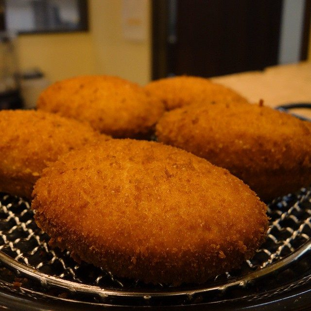 画像: 3/21に三田のオープンしたハラルベーカリーカフェ リエゾン のカレーパン。当然ハラル認証だが、ムスリムでなくても美味しい!(笑) 米粉のパン粉でカリッと揚げられてクリスピー!! instagram.com