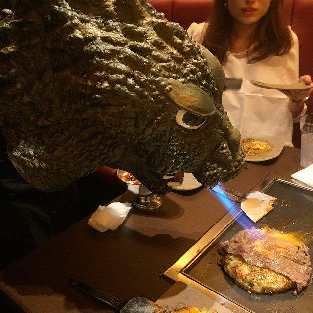 画像: 昼から歌舞伎町でゴジラと戯れています。 instagram.com