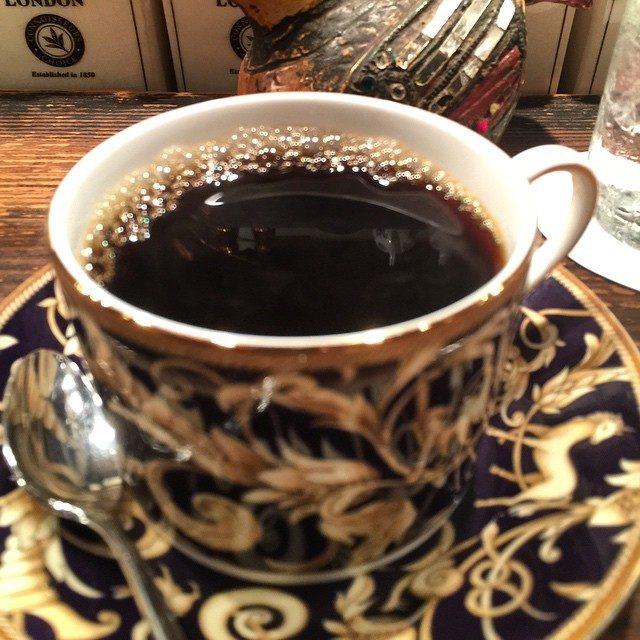 画像: ハンドドリップコーヒーをカウンターでウェッジウッドのカップ&ソーサーでいただく! サードウェーブコーヒーがむず痒く感じる日本の素晴らしい珈琲文化! instagram.com