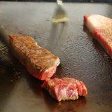 画像: ランチに久々の葉山牛サーロイン鉄板焼き。フードに頭がつかえそうなお兄さん、まだ焼いていて、懐かしい(笑) instagram.com