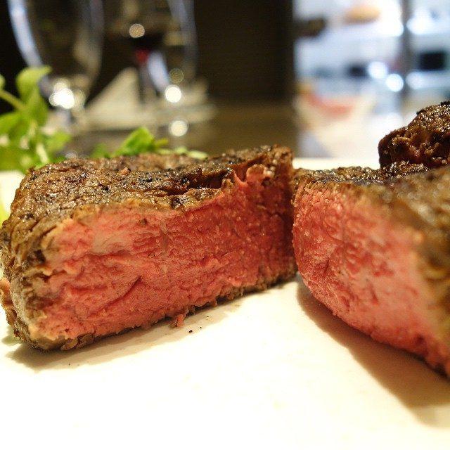 画像: ドリッブがない旨味100%、今夜も抜群の火入れ! 短角牛のフィレ。 最近の塊肉ではコレがマイベスト。 香り、味わいともにアメージングうめ〜ジング!! instagram.com