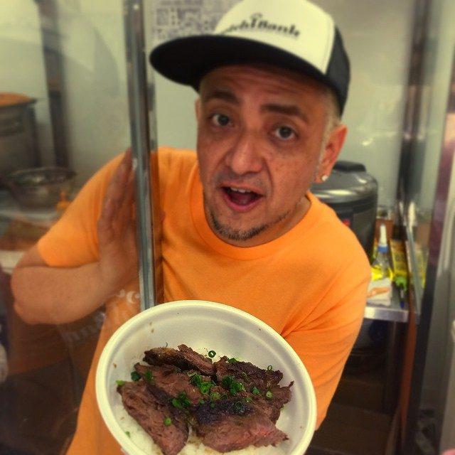 画像: 朝食は肉グルメ博で DeeJay Taroがつくる、スコッチバンク名物 メガネのステーキ丼。朝から肉食、29 shock‼️(笑) instagram.com