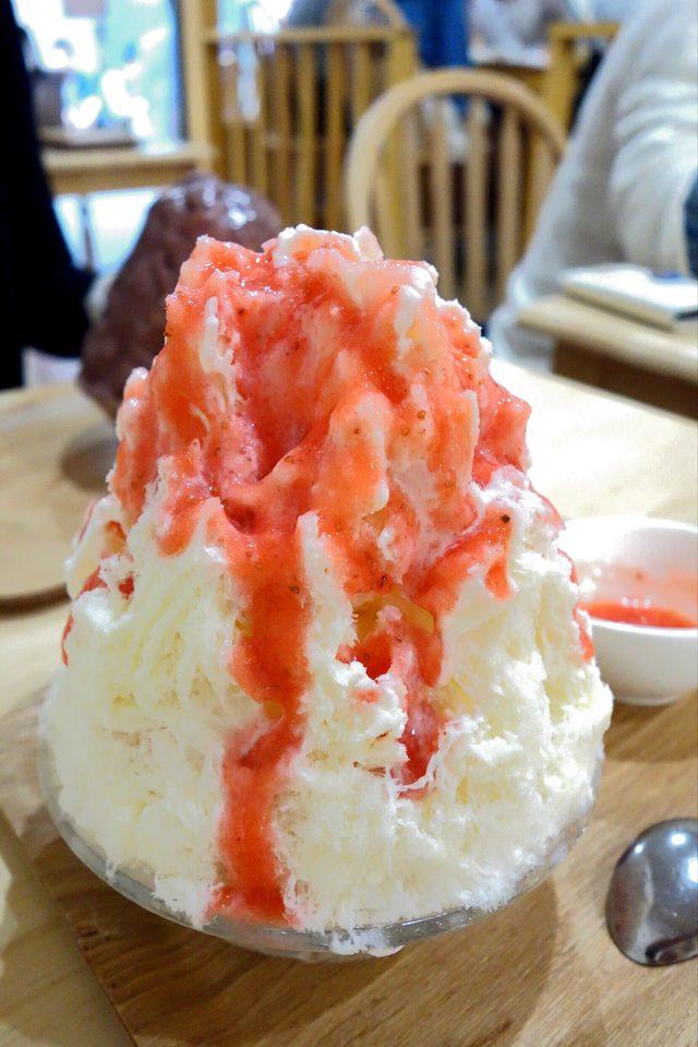 画像: 限定メニュー。ミルク氷にフレッシュいちごの自家製ソースをかけて楽しむ。通常のいちごミルクは苺を煮詰めてソースをつくるが、これは、生のままのいちごでソースをつくる。氷の中にはカットされたいちごが入ってます。そろそろいちごのシーズンは終わりですが・・。