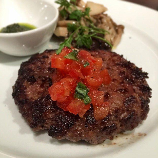 画像: スコッチバンクのランチ ハンバーグ。あえて、ドミグラスソース、トマトソースもなく、そしてカットしても皿に肉汁が出ないハンバーグ。だからこそ、口の中で旨みが溢れ出す!。肉汁は残さず口の中に解放せよ!! instagram.com