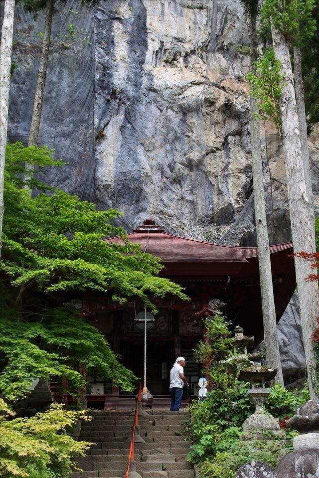 画像: 石段を登った正面が橋立堂で、高さ65mの切り立った岩壁が覆いかぶさったところに三間四面、縁を回した朱塗りのお堂が建っている。江戸中期の建築といわれ、堂内には鎌倉時代の作と伝えられる本尊・馬頭観世音が安置されている。 www.chichibufudasho.com