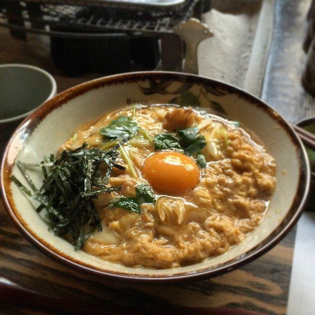 画像: 日本一の親子丼という幟に誘われてランチ。鶏料理は好きだけど、親子丼だけは好きとは言えないなあ。かつ丼は大好きなんどけどねぇ…わかる?? instagram.com
