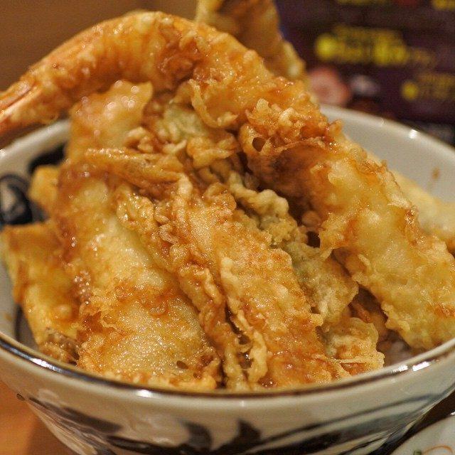 画像: ランチは、伏見で行列する、尾張前地魚天丼!三河湾産の地魚てんこ盛り!米油であっさり、タレの甘さは控えめで、軽〜く美味しくいただけます!! instagram.com