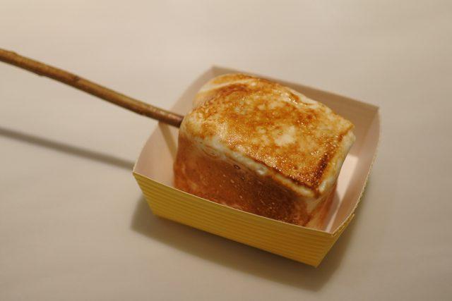 画像: アイスクリームをマシュマロでくるんで、ブリュレする「フローズン スモア」