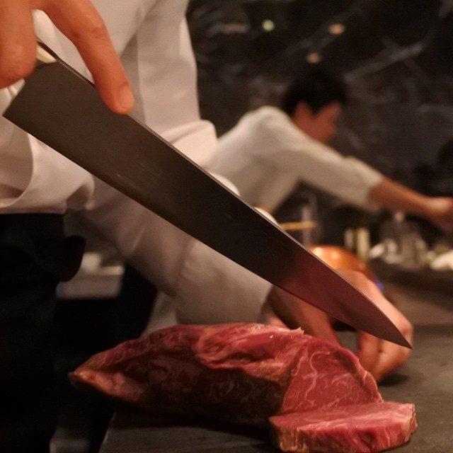 画像: ヤバい、この一頭買い黒毛和牛雌の鉄板焼き。枝肉を解体するから、どんな部位でもステーキに。これは肉肉しいラムシン!もちろんアメージングうめ〜じんぐ!! instagram.com