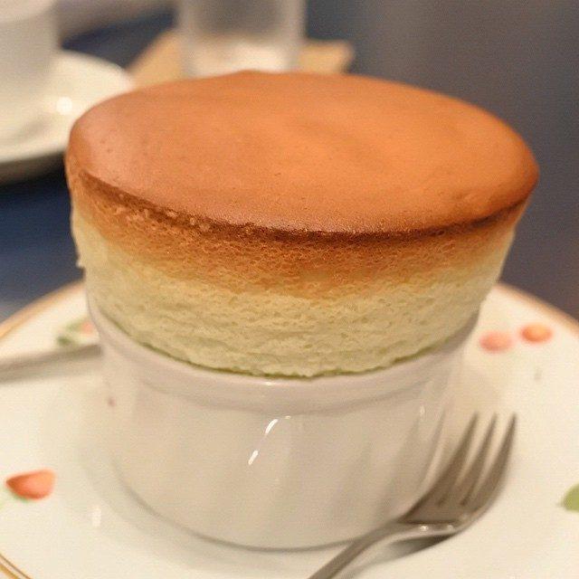画像: 知る人ぞ知る 福岡・薬院のスフレの名店 プティジュールのチーズ「スフレ」。きめの細かさがハンパない!卵白臭さは微塵もなく、ひたすらチーズが香り、甘さが時折顔をのぞかせる。 instagram.com