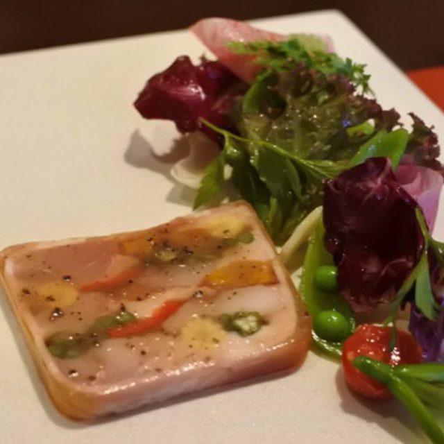 画像: 今夜はこちらからスタート。「フランス産うさぎもも肉と野菜のテリーヌ トリュフのヴィネグリット」。いわゆるフレンチドレッシングというやつだがトリュフが薫ってアメージングうめ〜じんぐ!! instagram.com