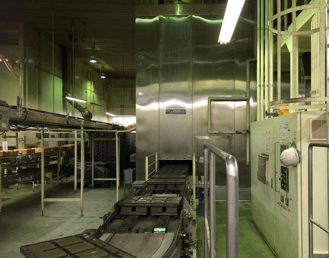 画像: 正面のステンレスの壁のようなモノが巨大なオーブン。このなかで型に入ったパンが焼成されている。