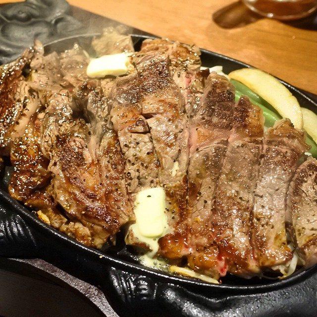 画像: リブロース(オージービーフ)1ポンド〜。 大阪人が開店前から行列し途絶えないという話題のステーキ店がオープン7/3(金) 人気は1ポンドのチャックアイステーキ、そして総重量1キロの特盛ステーキ丼。共に関東にも登場です! 12種類のスパイスやソース、 ... instagram.com