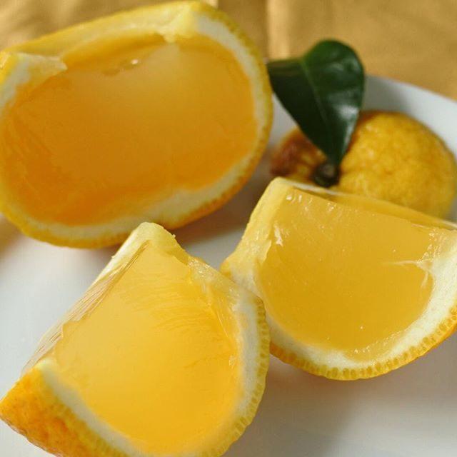 画像: 上七軒 有職菓子調達所 老松の「夏柑糖」。 甘夏ではなく、夏柑という野趣の橘が香しい酸味と苦味が清涼なり。くり抜き果汁を絞り寒天と砂糖で固めた涼果。今年は夏柑が至極不作で、来週には販売終了とのこと。どうにか間に合ってよかった〜!ちなみに夏柑が終わっ ... instagram.com
