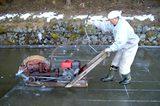 画像: 「吉新氷室 氷屋四代目徳次郎」電動カッターで池から氷を切り出していきます www.chirorin.com