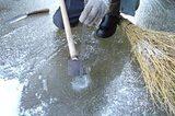 画像: 「吉新氷室 氷屋四代目徳次郎」ひと冬をかけて池の氷は厚さ15センチほどのなったら、切り出しの準備 www.chirorin.com