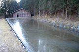 画像: 「吉新氷室 氷屋四代目徳次郎」氷点下の気温が続くと池の水が自然と氷だす。 www.chirorin.com