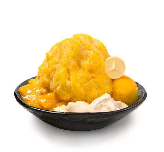 画像: メルセデス・ベンツ「スリーポインテッドスター」のホワイトチョコレートを添えた、アイスモンスター人気メニューの「マンゴーかき氷」 濃厚なマンゴーアイスブロックを削り、マンゴーシャーベットとパンナコッタ、マンゴーの果実にマンゴーソースをからめてトッピングした、本国台湾でも定番の人気メニュー