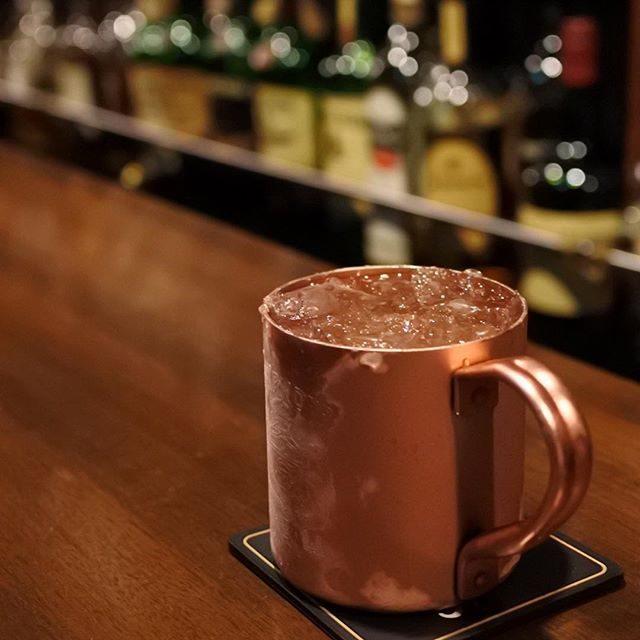 画像: 銀座のハズレにあるオーセンティックBARでやる深夜のモスコミュール。霜降る銅マグカップがさらにハードボイルド。 instagram.com