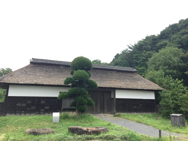 画像: 表の長屋門は江戸時代後期。南側は綱島台の丘陵